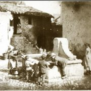 Lavandaia e bambini presso una fontana - lavatoio a Tivoli